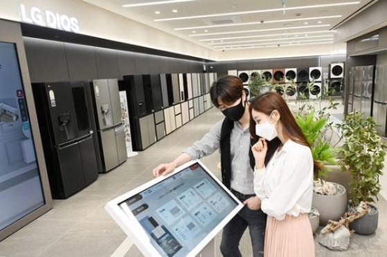 '계산대 없는 상점'  무인자동화 바람 부는 유통업계…물 만난 스타트업